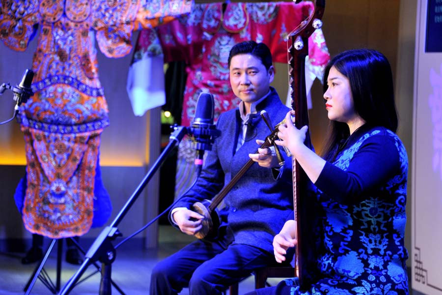 Two artists perform Suzhou Pingtan, a mixture of storytelling and ballad performance, during the trial run of Shanghai Dashijie on Dec 28, 2016. [Photo/VCG]