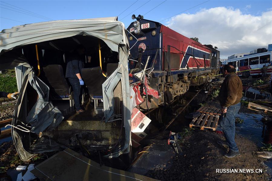 Пять человек погибли в результате столкновения поезда с автобусом в пригороде Туниса