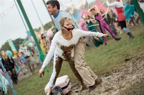 布里切特在音乐节上摔进泥潭