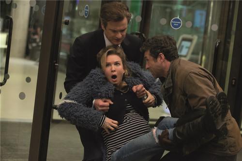 马克和杰克共同抬着女主进医院