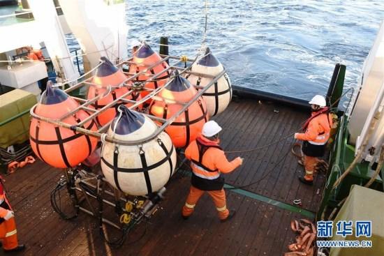 """这是中国时隔26年再次开展以综合地质和地球物理调查为重点的国家专项南极科考调查,也是2017年新年到来之际,我国海洋科考的""""地质首炮""""。新华社记者 王攀 摄"""