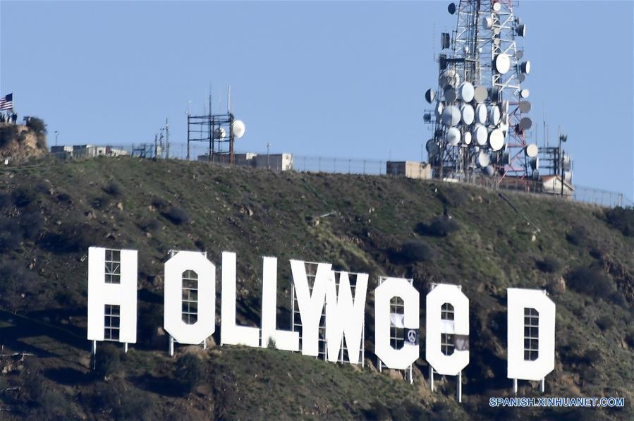 """LOS ANGELES, enero 1, 2017 (Xinhua) -- Vista del vandalizado letrero de """"Hollywood"""", en Los Angeles, estado de California, Estados Unidos de América, el 1 de enero de 2017. El letrero de Hollywood, un histórico emblema cultural estadounidense ubicado en Los Angeles, fue vandalizado en las primeras horas del domingo para formar la palabra """"Hollyweed"""" a fin de celebrar la reciente legalización de la mariguana con usos recreativos en California. (Xinhua/Gene Blevins/ZUMAPRESS)"""