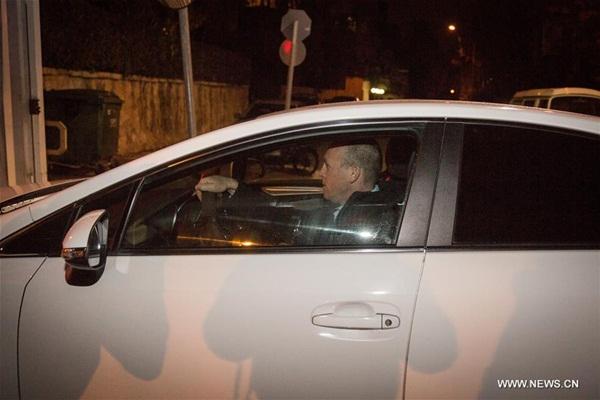 في الصورة الملتقطة يوم 2 يناير 2017، محققون إسرائيليون لدى وصولهم إلى مقر إقامة رئيس الوزراء الإسرائيلي بنيامين نتنياهو في القدس. قالت وسائل إعلام إسرائيلية اليوم الإثنين إن الشرطة الإسرائيلية بصدد التحقيق مع رئيس الوزراء الإسرائيلي بنيامين نتنياهو في مزاعم فساد أثيرت ضده