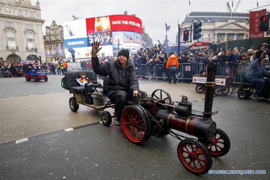 LONDRES, enero 1, 2017 (Xinhua) -- Una persona participa en el Desfile de Día de Año Nuevo de Londres, en Londres, Reino Unido, el 1 de enero de 2017. De acuerdo con información de la prensa local, más de 10,000 intérpretes internacionales y locales participan durante el desfile, considerado uno de los eventos de este tipo más grande del mundo. (Xinhua/Tolga Akmen/London News Pictures/ZUMAPRESS)