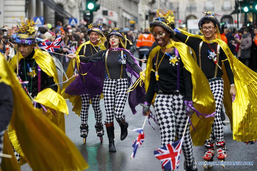 LONDRES, enero 1, 2017 (Xinhua) -- Personas participan en el Desfile de Día de Año Nuevo de Londres, en Londres, Reino Unido, el 1 de enero de 2017. De acuerdo con información de la prensa local, más de 10,000 intérpretes internacionales y locales participan durante el desfile, considerado uno de los eventos de este tipo más grande del mundo. (Xinhua/Tolga Akmen/London News Pictures/ZUMAPRESS)