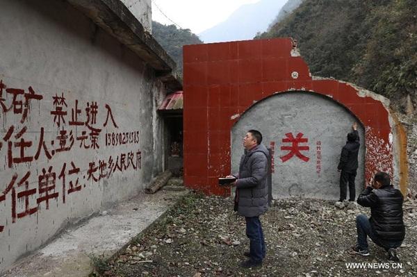 في الصورة الملتقطة يوم 17 يونيو، يغلق اثنان من عمال المنجم مناجم الفحم في مقاطعة سيتشوان