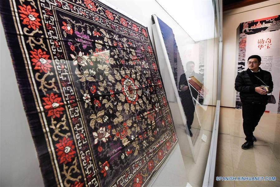 ZHENGZHOU, enero 2, 2017 (Xinhua) -- Ciudadanos visitan la Primera Bienal Internacional de Cerámica de China Central, en el Museo de Henan en Zhengzhou, en la provincia central de Henan, China, el 2 de enero de 2017. (Xinhua/Li Bo)