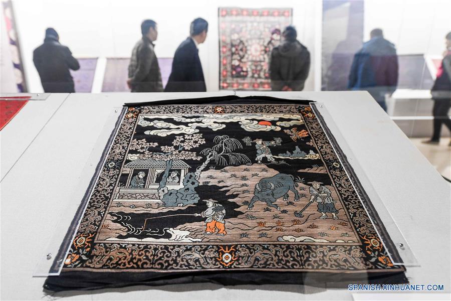 ZHENGZHOU, enero 2, 2017 (Xinhua) -- Una obra se exhibe durante la Primera Bienal Internacional de Cerámica de China Central, en el Museo de Henan en Zhengzhou, en la provincia central de Henan, China, el 2 de enero de 2017. (Xinhua/Li Bo)