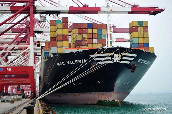 تشينغداو 3 يناير 2017 (شينخوا) في الصورة الملتقطة يوم 13 أكتوبر 2016، سفينة على رصيف حاويات التجارة الخارجية في ميناء تشينغداو بمقاطعة شاندونغ شرقي الصين. وصل حجم الشحن والتفريغ لميناء تشينغداو في عام 2016 إلى 500.36 مليون طن متجاوزا 500 مليون طن لأول مرة حيث يحتل المركز السابع عالميا.