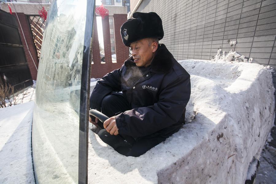 Cuatro oficiales de policía construyen un descapotable de nieve