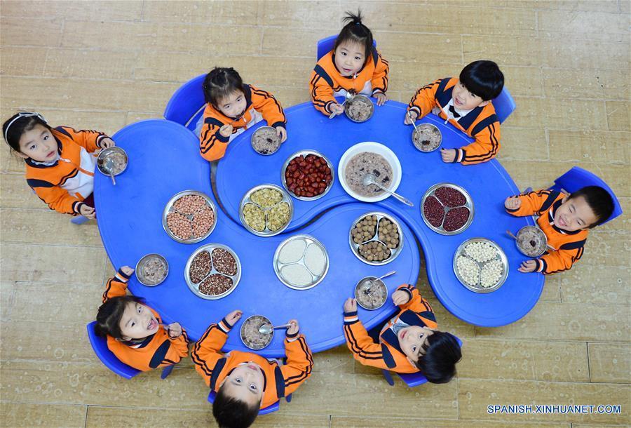 HEBEI, enero 4, 2017 (Xinhua) -- Niños comen sopa de arroz Laba en un jardín de niños en Xingtai, provincia de Hebei, en el norte de China, el 4 de enero de 2017. El Festival Laba, una celebración tradicional china llevada a cabo en el día diez del duodésimo mes del calendario lunar, caerá el 5 de enero este año. Es costumbre en este día comer una especial sopa de arroz Laba, o gachas de ocho tesoros, usualmente elaborada con al menos ocho ingredientes, que representan las oraciones del pueblo para la cosecha, la felicidad y la paz. (Xinhua/Zhu Xudong)