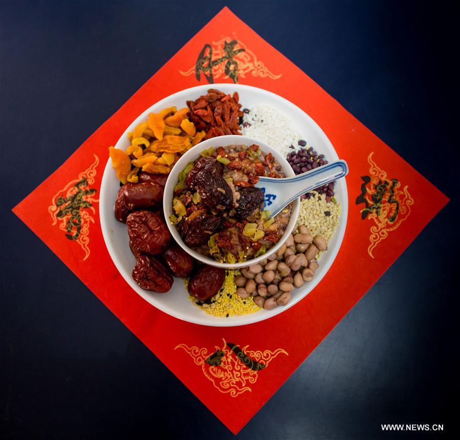 Des ingrédients pour faire la bouillie de Laba.Un événement pour accueillir la fête de Laba se tient dans un quartier à Hohhot, chef-lieu de la région autonome de Mongolie-Intérieure (nord de la Chine), le 4 janvier 2017. La fête chinoise traditionnelle Laba, célébrée le 8e jour du 12e mois du calendrier lunaire marque le commencement des célébrations du Nouvel an chinois. Elle tombe cette année le 5 janvier. (Xinhua/Ding Genhou)