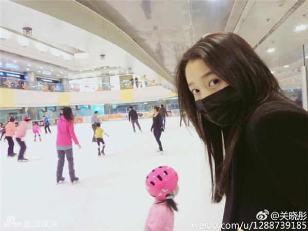 组图:关晓彤素颜溜冰戴口罩