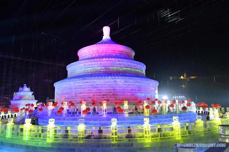HEILONGJIANG, enero 5, 2017 (Xinhua) -- Esculturas de hielo son exhibidas en el Parque Mundo de Hielo y Nieve, en Harbin, capital de la prvincia de Heilongjiang, en el noreste de China, el 5 de enero de 2017. El parque temático que utilizó aproximadamente 330,000 metros cúbicos de hielo y nieve para su construcción abrió el jueves. (Xinhua/Wang Song)