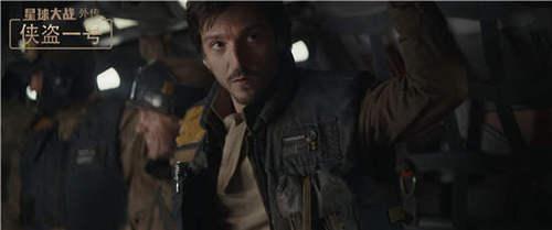 卡西安·安多上尉(迭戈·鲁纳饰)舱内备战