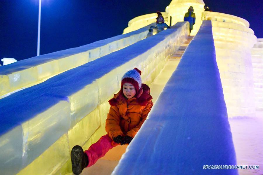 Un niño juega en un tobogán de hielo en el Parque Mundo de Hielo y Nieve, en Harbin, capital de la prvincia de Heilongjiang, en el noreste de China, el 5 de enero de 2017. El parque temático que utilizó aproximadamente 330,000 metros cúbicos de hielo y nieve para su construcción abrió el jueves. (Xinhua/Wang Song)
