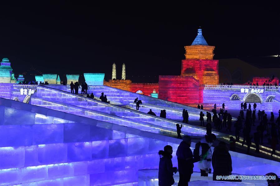 Turistas visitan el Parque Mundo de Hielo y Nieve de Harbin, en Harbin, capital de la prvincia de Heilongjiang, en el noreste de China, el 5 de enero de 2017. Como la pieza central del Festival Internacional de Hielo y Nieve de Harbin, el parque temático de hielo y nieve abrió al público el jueves. Este año el parque cubre unos 800,000 metros cuadrados y utilizó aproximadamente 330,000 metros cúbicos de hielo y nieve para su construcción. (Xinhua/Wang Jianwei)