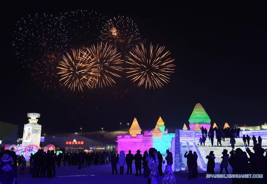 Fuegos artificiales estallan para celebrar la apertura del Parque Mundo de Hielo y Nieve de Harbin, en Harbin, capital de la prvincia de Heilongjiang, en el noreste de China, el 5 de enero de 2017. Como la pieza central del Festival Internacional de Hielo y Nieve de Harbin, el parque temático de hielo y nieve abrió al público el jueves. Este año el parque cubre unos 800,000 metros cuadrados y utilizó aproximadamente 330,000 metros cúbicos de hielo y nieve para su construcción. (Xinhua/Wang Jianwei)