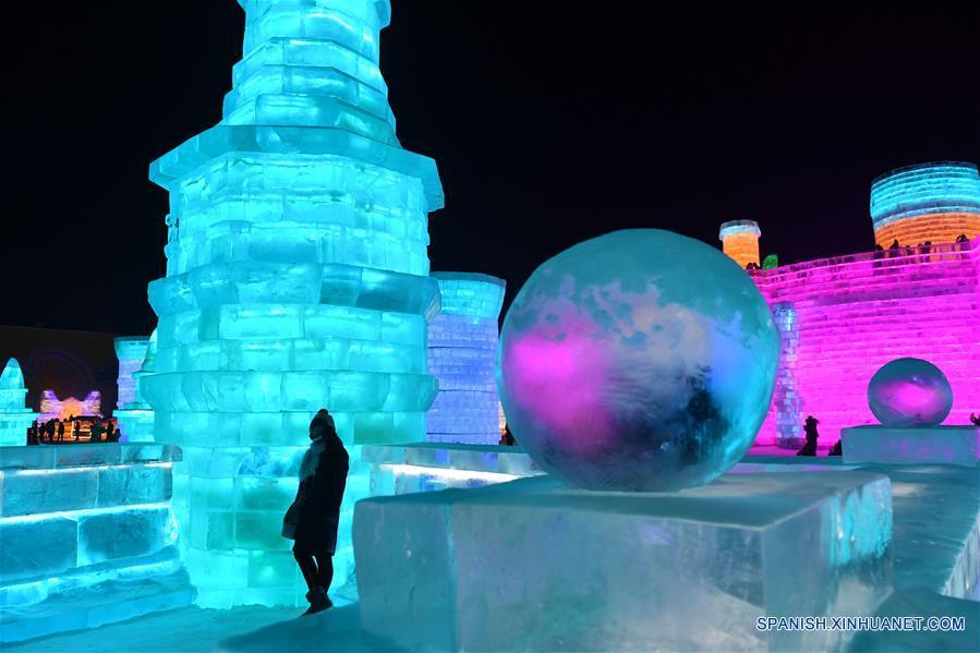Personas visitan el Parque Mundo de Hielo y Nieve, en Harbin, capital de la prvincia de Heilongjiang, en el noreste de China, el 5 de enero de 2017. El parque temático que utilizó aproximadamente 330,000 metros cúbicos de hielo y nieve para su construcción abrió el jueves. (Xinhua/Wang Song)