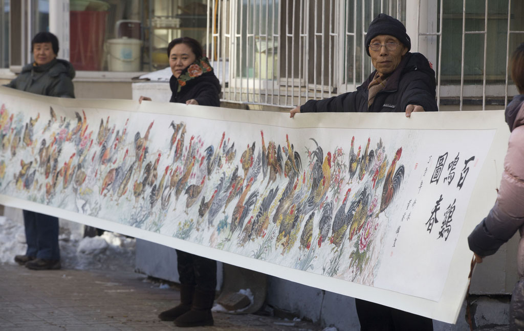 "Dong Yinlin showcases ""A Hundred Roosters Crow for Spring"" in his neighborhood."
