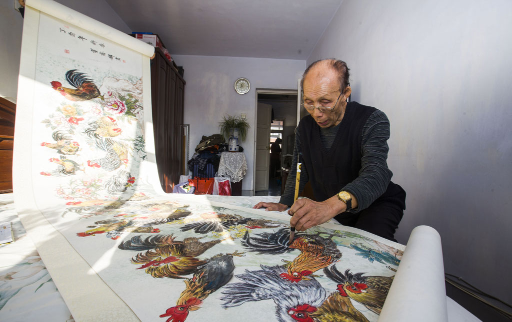 Dong Yinlin draws the painting in his bedroom