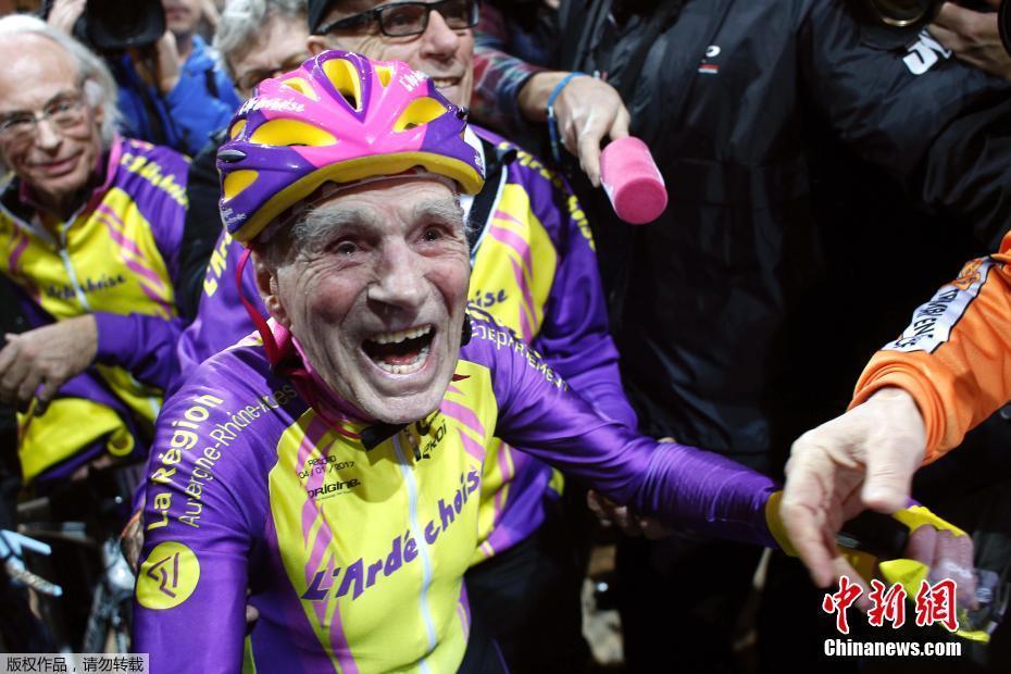 Anciano de 105 años bate de nuevo el récord mundial en el ciclismo en pista