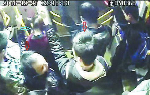 ▲该团伙多次在途经仙岳路、吕岭路、嘉禾路一带的公交车上扒窃。