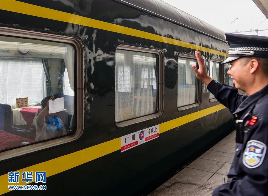 Chen Xianlong, padre de Chen Zuxuan, le despide al chico en la estación ferroviaria, y su hijo le escribe en papel Sale en seguida el tren pegándolo en la ventana