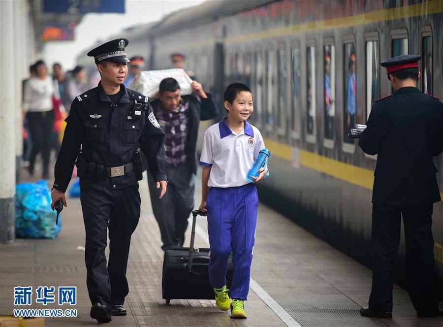 El policía le acompaña a su hijo para tomar el tren