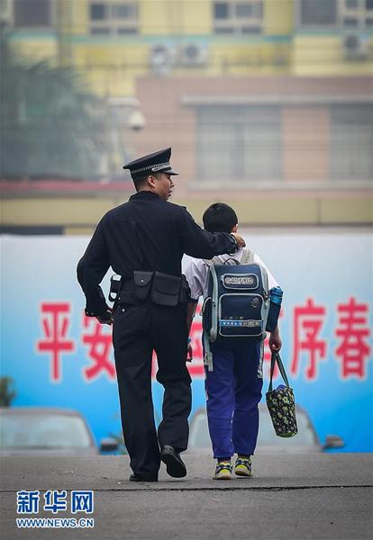 Chen y su padre llega a la estación de tren