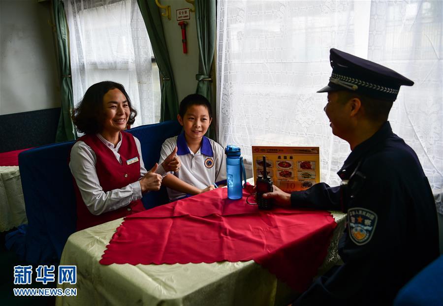 Chen dice a su madre que prodrá sacar la nota de 100 puntos en el examen de matemáticas y ella le levanta el dedo pulgar