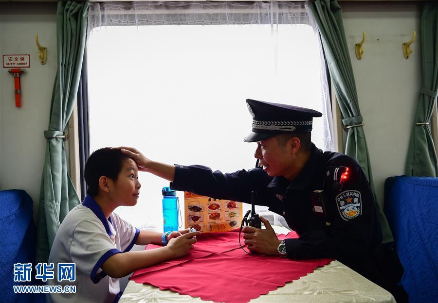 Su padre le advierte que protege los ojos