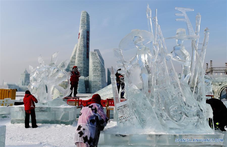 HARBIN, enero 8, 2017 (Xinhua) -- Participantes elaboran esculturas de hielo durante la XXXI Competencia Internacional de Escultura en Hielo en Harbin, capital de la provincia de Heilongjiang, en el noreste de China, el 8 de enero de 2017. La competencia, que atrae a 64 participantes de 13 países y regiones, incluyendo a China, Letonia, Italia y España, llegó a su fin el domingo. (Xinhua/Wang Jianwei)