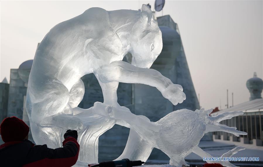 HARBIN, enero 8, 2017 (Xinhua) -- Un participante de Malasia elabora una escultura de hielo durante la XXXI Competencia Internacional de Escultura en Hielo en Harbin, capital de la provincia de Heilongjiang, en el noreste de China, el 8 de enero de 2017. La competencia, que atrae a 64 participantes de 13 países y regiones, incluyendo a China, Letonia, Italia y España, llegó a su fin el domingo. (Xinhua/Wang Jianwei)