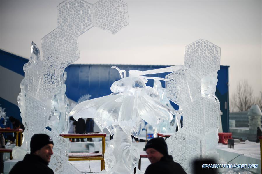 HARBIN, enero 8, 2017 (Xinhua) -- Participantes canadienses posan junto a su escultura de hielo durante la XXXI Competencia Internacional de Escultura en Hielo en Harbin, capital de la provincia de Heilongjiang, en el noreste de China, el 8 de enero de 2017. La competencia, que atrae a 64 participantes de 13 países y regiones, incluyendo a China, Letonia, Italia y España, llegó a su fin el domingo. (Xinhua/Wang Jianwei)