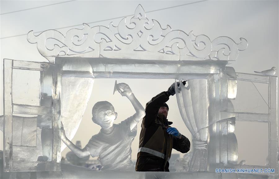 HARBIN, enero 8, 2017 (Xinhua) -- Un participante elabora una escultura de hielo durante la XXXI Competencia Internacional de Escultura en Hielo en Harbin, capital de la provincia de Heilongjiang, en el noreste de China, el 8 de enero de 2017. La competencia, que atrae a 64 participantes de 13 países y regiones, incluyendo a China, Letonia, Italia y España, llegó a su fin el domingo. (Xinhua/Wang Jianwei)