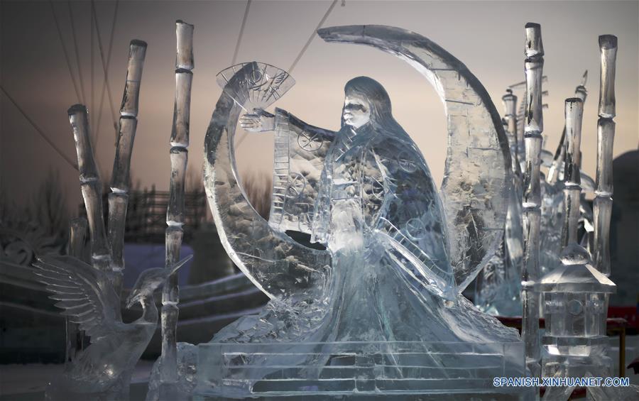 HARBIN, enero 8, 2017 (Xinhua) -- Vista de una escultura de hielo creada por el equipo japonés, durante la XXXI Competencia Internacional de Escultura en Hielo en Harbin, capital de la provincia de Heilongjiang, en el noreste de China, el 8 de enero de 2017. La competencia, que atrae a 64 participantes de 13 países y regiones, incluyendo a China, Letonia, Italia y España, llegó a su fin el domingo. (Xinhua/Wang Jianwei)