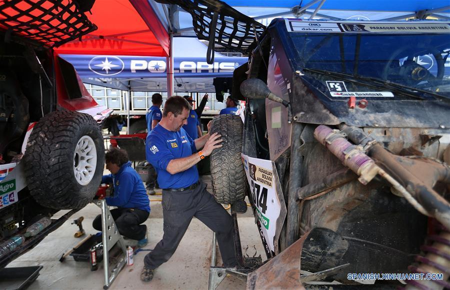 LA PAZ, 9 ene (Xinhua) -- Un mecánico trabaja dentro del campamento durante el día de descanso del Rally Dakar en la Paz, capital de Bolivia el 8 de enero. (Xinhua/Li Ming)