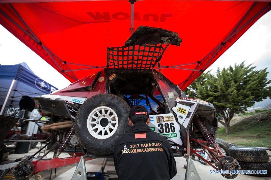 LA PAZ, 9 ene (Xinhua) -- Li Wei, piloto de UTV chino, revisa el interior de un automóvil durante el día de descanso del Rally Dakar en la Paz, capital de Bolivia el 8 de enero. (Xinhua/Li Ming)