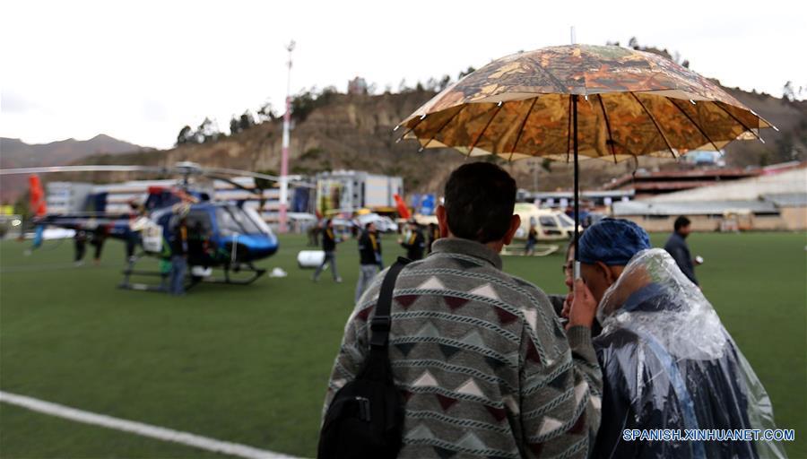 LA PAZ, 9 ene (Xinhua) -- Visitantes toman fotos del campamento durante el día de descansodel Rally Dakar en la Paz, capital de Bolivia el 8 de enero. (Xinhua/Li Ming)