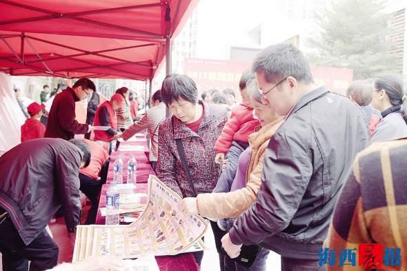 居民们在志愿者的指导下学习各种知识。