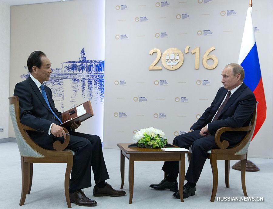 Президент РФ Владимир Путин 17 июня в Санкт-Петербурге дал эксклюзивное интервью генеральному директору информационного агентства Синьхуа Цай.