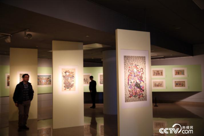 People visit the exhibition of Yangliuqing classical New Year painting works in Beijing on Jan.10.