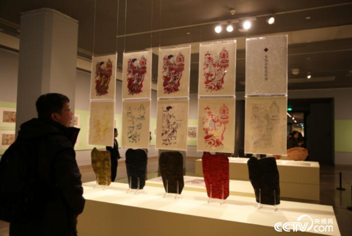 People visit the exhibition of Yangliuqing classical New Year painting works in Beijing on Jan. 10.