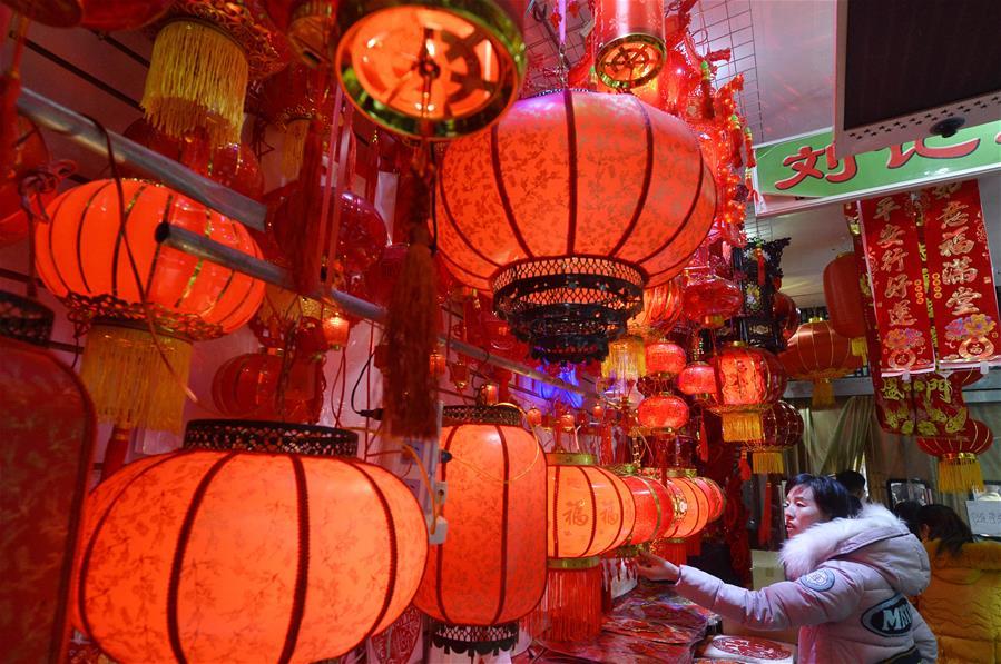 NINGXIA, enero 10, 2017 (Xinhua) -- Personas compran decoraciones del Año Nuevo Lunar en un mercado en la ciudad de Yinchuan, capital de la Región Autónoma Hui de Ningxia, en el noroeste de China, el 10 de enero de 2017. (Xinhua/Peng Zhaozhi)