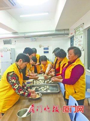 吕岭敬老餐厅里的志愿者也是居民,不少人成了朋友。