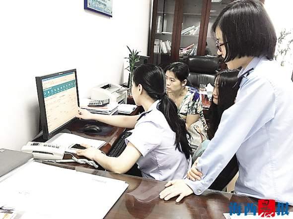 业务骨干黄停红(左一)在金三上线期间辅导纳税人操作新系统。