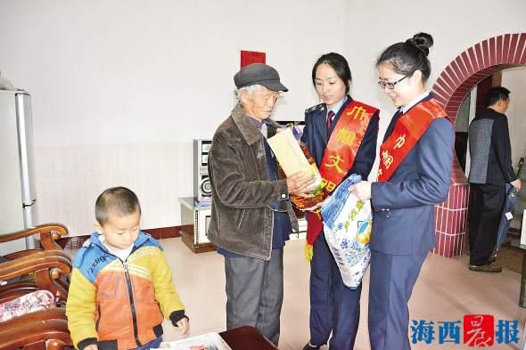 象屿分局党支部慰问共建村困难老人。