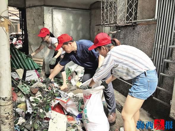 """台风""""莫兰蒂""""过后,象屿分局党支部的工作人员前往鹭江社区参与灾后重建。"""