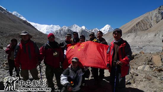 剧组在海拔5400米的珠峰脚下拍摄,这里的冰川融化已经非常严重。